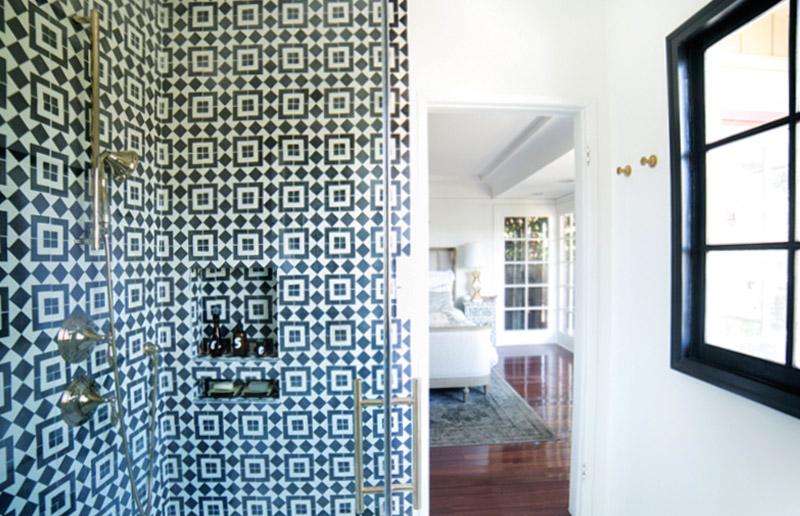 Banheiro em preto-e-branco. Quem arrisca?
