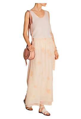 Пастельная розовая юбка с розовой сумкой и кремовым топом