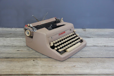 https://www.etsy.com/listing/466763526/vintage-pink-mauve-royal-quiet-de-luxe?ga_order=most_relevant&ga_search_type=all&ga_view_type=gallery&ga_search_query=Gifts%20for%20Writers&ref=sr_gallery_2