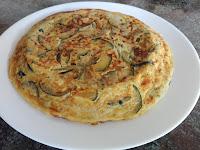 Tortilla entera de calabcín y cebolla.