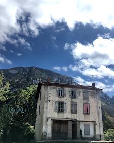 vieille bâtisse devant les montagnes dans le village d'Axat