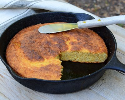 Skillet Cornbread ♥ KitchenParade.com, an adaptable, forgiving recipe. Rises Tall. Stays Moist. Not Too Sweet. Budget Friendly. Weeknight Easy, Weekend Special.