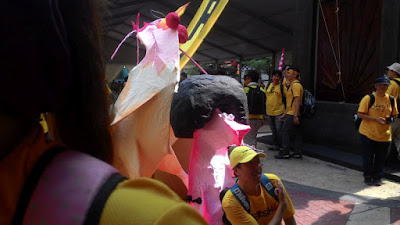 Bersih 4: Amazing hairstyle lady with Chicken at Medan Pasar