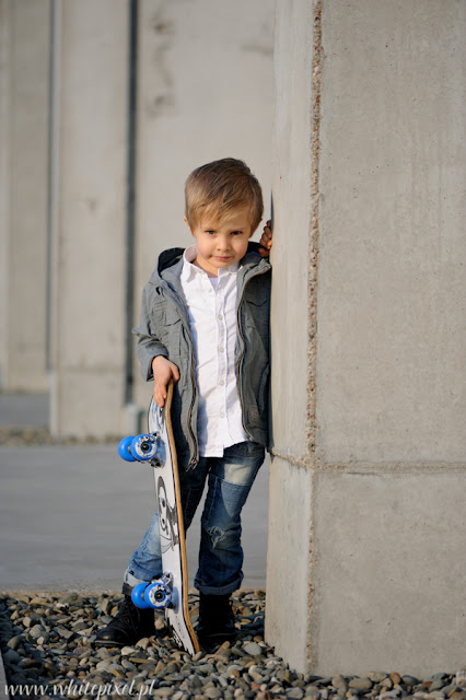 Dziecko fotografowane przez fotografa, sesja dziecka z deskorolką