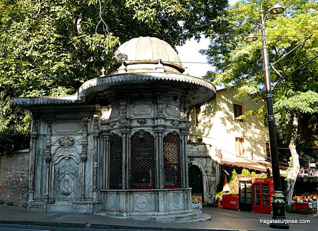 Quiosque em traços otomanos no Centro Histórico de Istambul