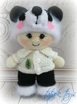 Вязаный пупс в костюме панды