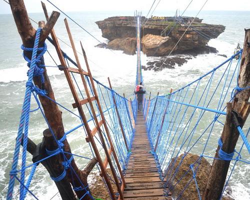 www.Tinuku.com Designers complete suspension bridge linking Java and Panjang Island in Timang beach