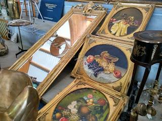 Detalle de pinturas en el desembalaje de Noja