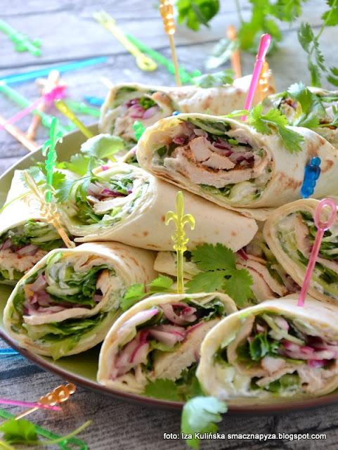 rolowane kanapki z tortilli , kanapeczki , kurczak , warzywa , przekąski , przekąska , talerz kibica , na imprezę , sylwester , przyjęcie , finger food , proste przepisy