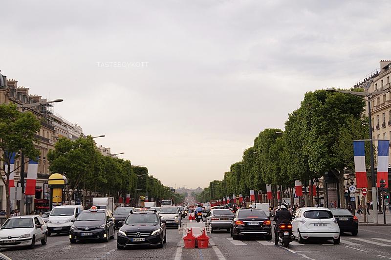 Champs-Élysées in Paris geschmückt für den französischen Nationalfeiertag, Blick vom Triumphbogen