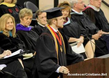 Estudiante dando discurso de graduación