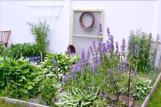 5 Beautiful DIY Garden Birdhouses
