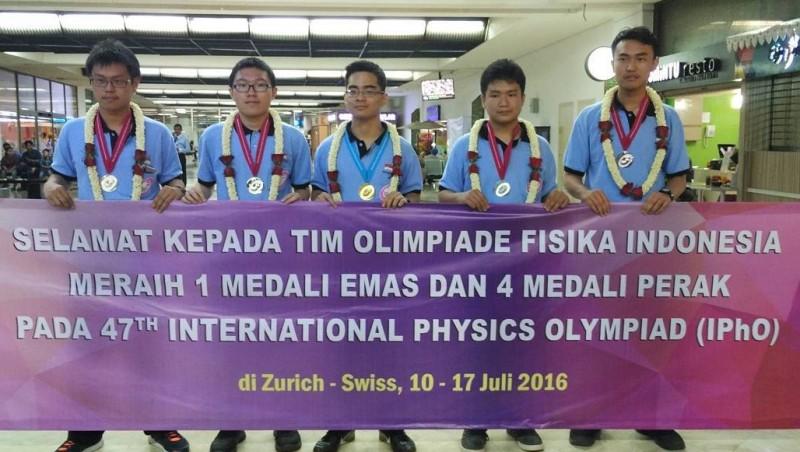 Tim Fisika Indonesia meraih 1 medali emas & 4 perak di 2016 IPhO, Swiss