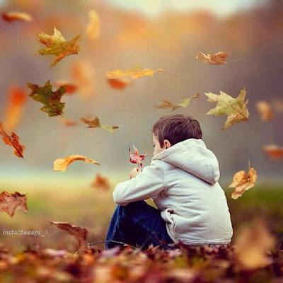تحميل خلفيات سطح المكتب اطفال وسط اوراق فصل الخريف المتساقطة