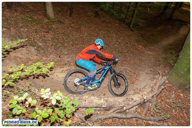 Auf dem Trail und auf der Waldautobahn ist das Spitzing Evolution ausgewogen und bietet viel Traktion.