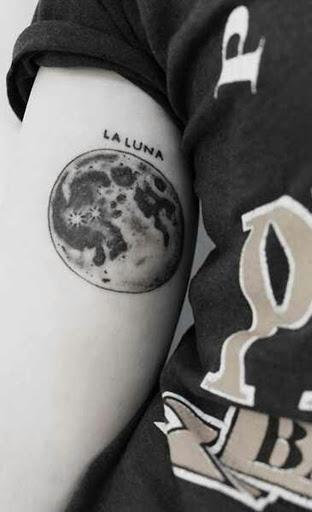 """Um realista lua é representada no interior do utente braço direito com a frase, """"La Luna"""", de leitura acima da imagem."""