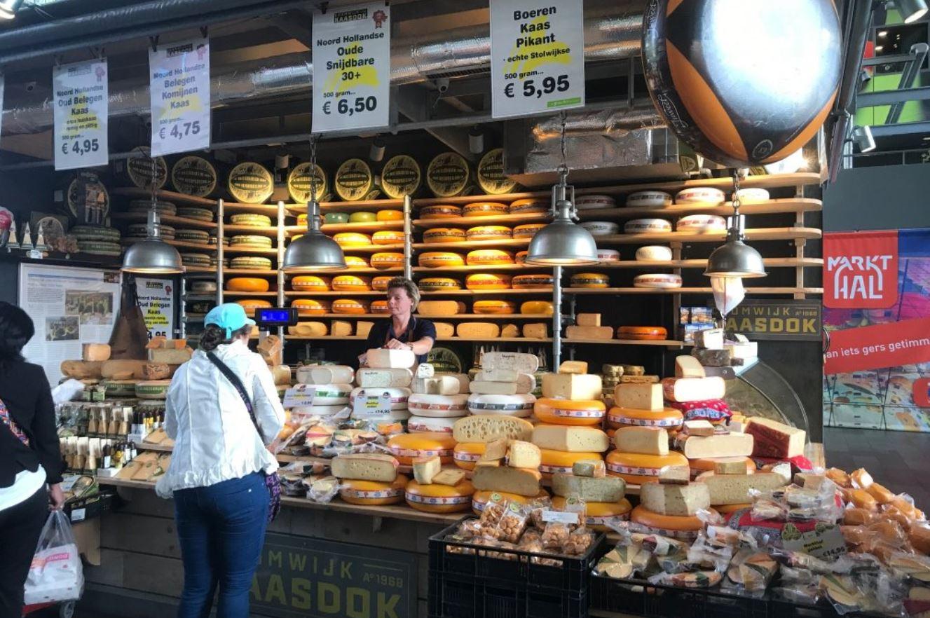 Venta de quesos en el mercado Markthal en Rotterdam. Market Hall en Roterdam