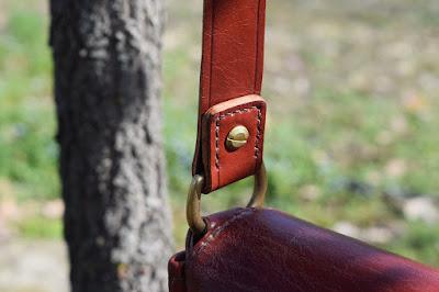 Borsello in vacchetta toscana con tracolla regolabile cucito a mano e fatto su misura