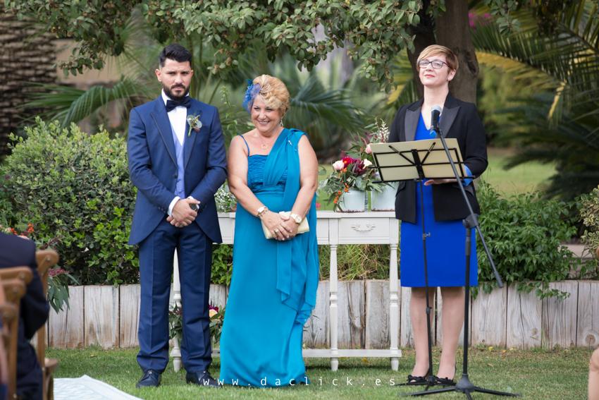 novio y madrina esperando a la novia