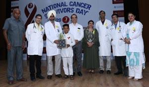 कैंसर सरवाईवर्स को पोधा देते अमेरिकन ओंकोलोजी इंस्टीच्यूट एवं डीएमसीएच के डॉक्टर