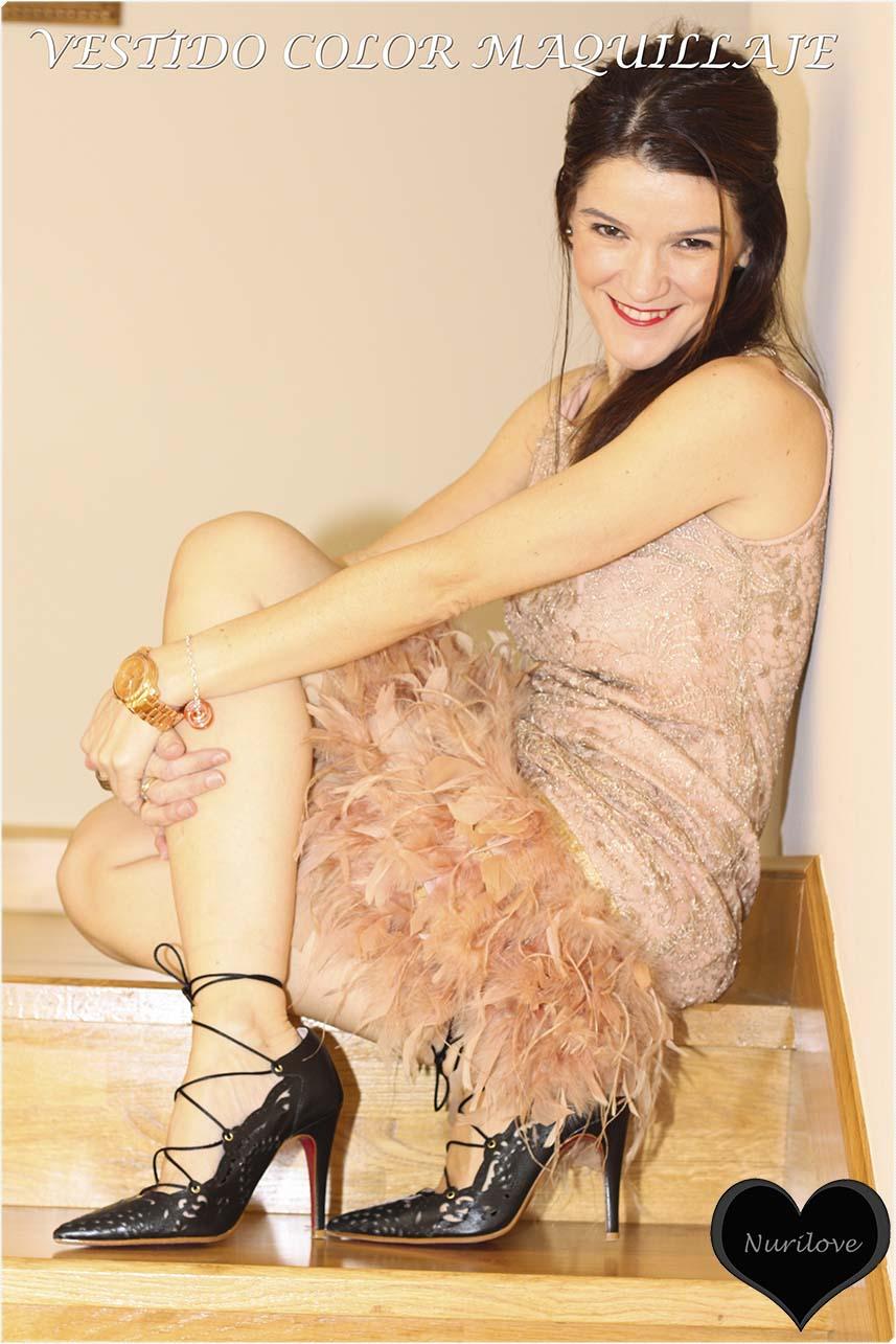 vestido de encaje y plumas color maquillaje ideal para la invitada perfecta