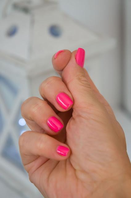 różowy lakier na paznkociach