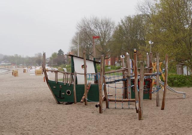 Mehr übers Meer lernen: Das Ostsee Info-Center in Eckernförde (+ Verlosung). Am Strand gibt es einen spannenden maritimen Spielplatz mit Fischkutter.