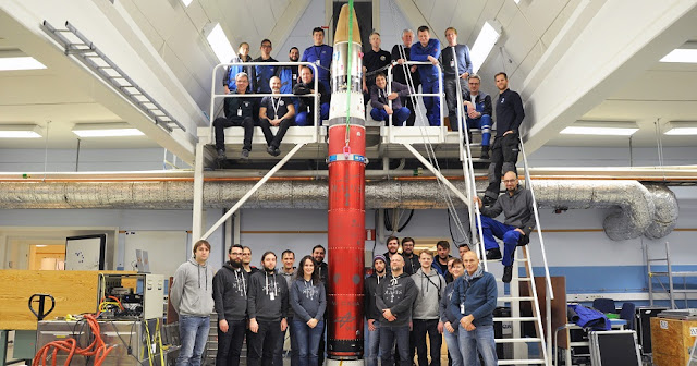 Payload of the sounding rocket and all those involved in the undertaking, among them scientists of the MAIUS-1 project, employees of the German Aerospace Center, and employees of the Esrange rocket launch site. Credit: Thomas Schleuss, DLR