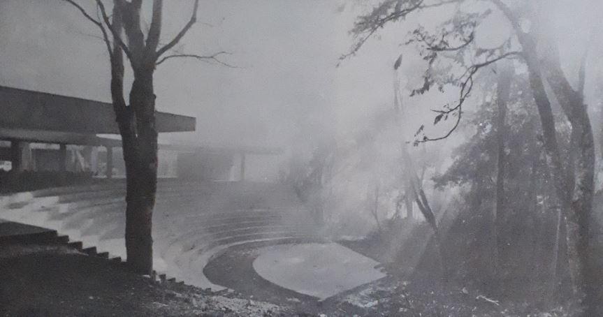 """Anfiteatro do sopé do Pico do Jaraguá, em imagem de (1976?). Foto: do livro """"Cadernos brasileiros de Arquitetura"""" (1986)."""