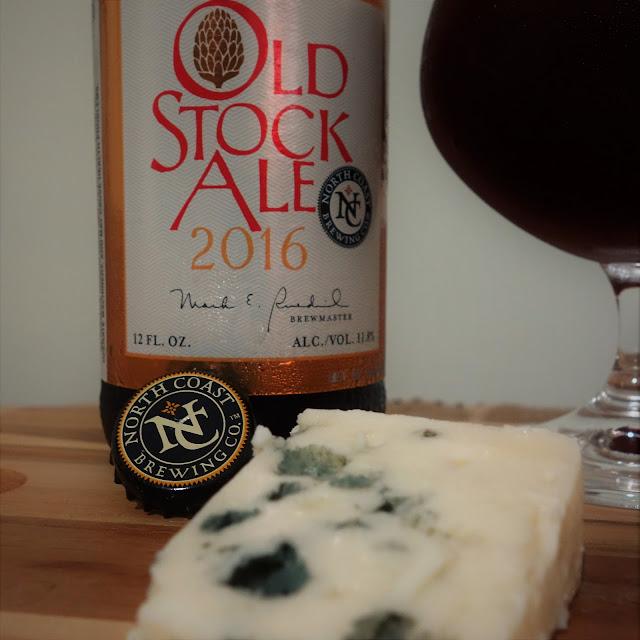 Harmonizando com cerveja - Queijo Roquefort com cerveja Barley Wine © Laura Próspero