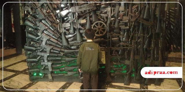 Anak lanang melihat senjata | adipraa.com
