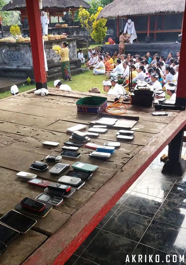Etika Memakai Gadget Saat Bersembahyang di Pura