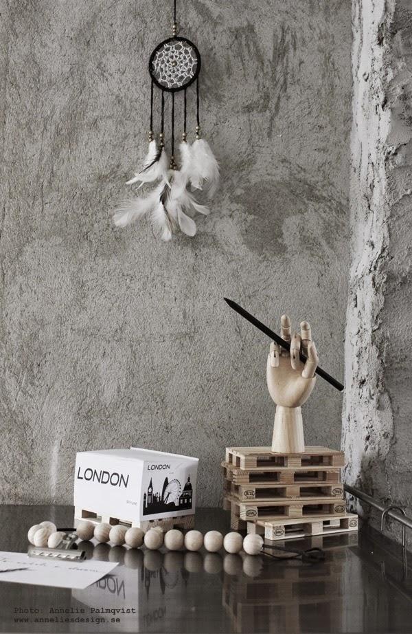 drömfångare, webbutik med inredning, inredningsdetaljer, webshop, webbutiker med konst, mini lastpall, minilastpallar, miniatyr, miniatyrer, memoblock på lastpall, svart och vitt memoblock, skrivblock, london, londons, träkulor, hay hand, lastpallarna, murad vägg, murbruk, kök, köket, kökets, annelies design & interior, annelie palmqvist