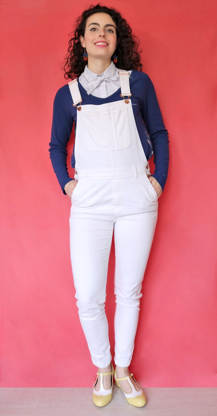salopette blanche H&M, Chemisier ASOS, haut bleu Modcloth, chaussures jaunes Lulu Hun