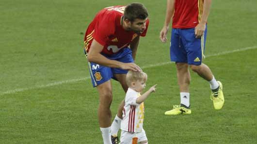 Pique âu yếm con trai Sergio Ramos trên sân