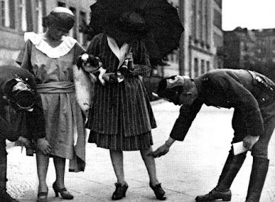 Αποτέλεσμα εικόνας για 1925: Ο δικτάτορας Θεόδωρος Πάγκαλος απαγορεύει στις γυναίκες να φοράνε κοντά φουστάνια