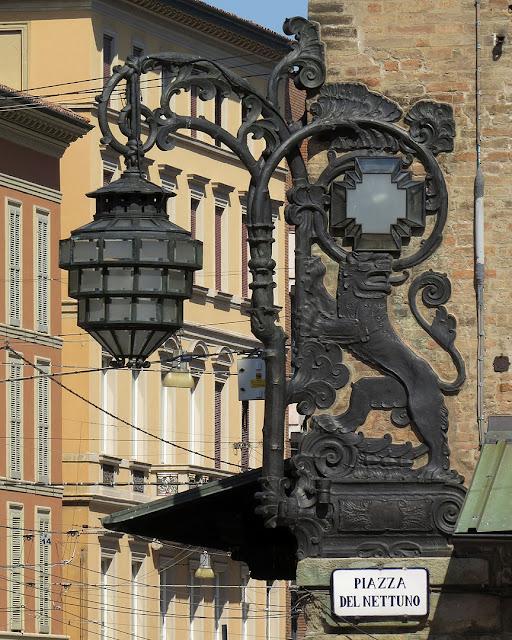 Newborn lamp post, Palazzo Re Enzo, Piazza del Nettuno, Bologna