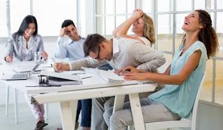 Fakta Mengejudkan! Ternyata Banyak Tertawa bisa membuat kita berubah menjadi pekerja yang lebih baik Dan Produktif Lho