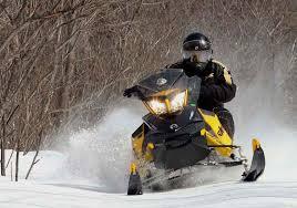 ¿Puede salir algo mal al cruzar una piscina con una moto de nieve?