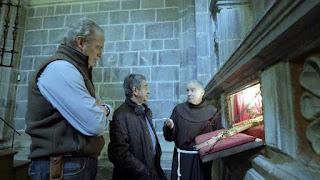 Viendo una reliquia en el Monasterio de Santo Toribio de Liébana