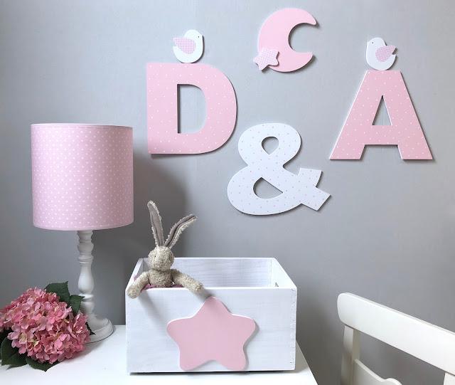 letras mayúsculas y complementos para  decoración infantil ,pintados a mano
