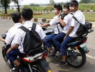 Siswa Bawa Motor Ke Sekolah