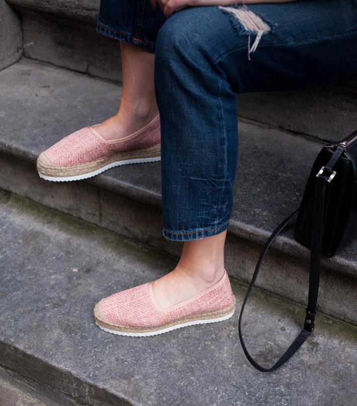 Outfit: boyfriend jeans, pink espadrilles