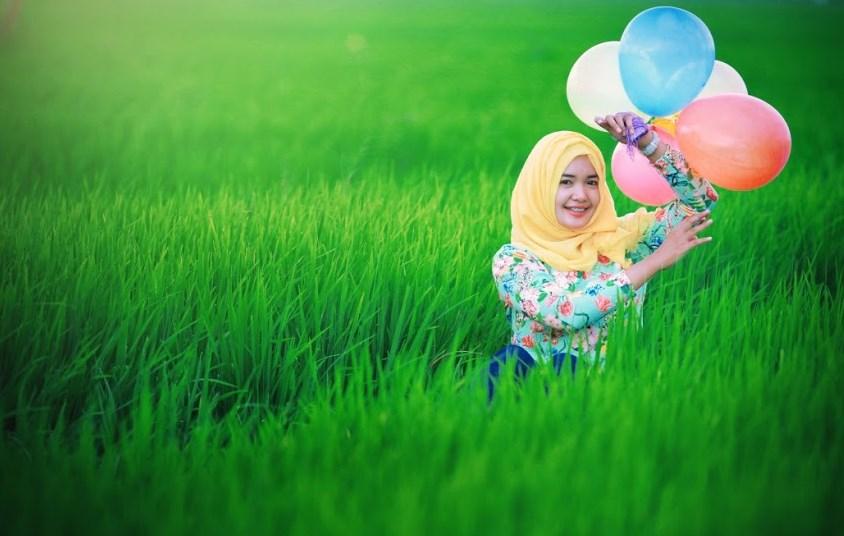 cewk cantik anis baring di sawah pegang balon gadis desa hijab jilbab Low Bajet Fotografi dengan tema fotografi model hijab di sawah dengan gadis kampung teman kampus dan teman sekolah