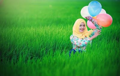 Low Bajet Fotogarfi dengan tema foto garfi hijab di sawah dengan gadis kampung teman kampus dan teman sekolah