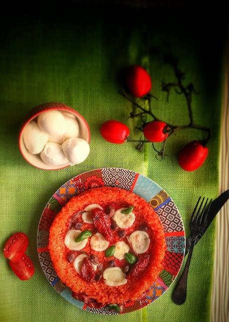 pizza di riso con mozzarella acciughe e pomodorini secchi