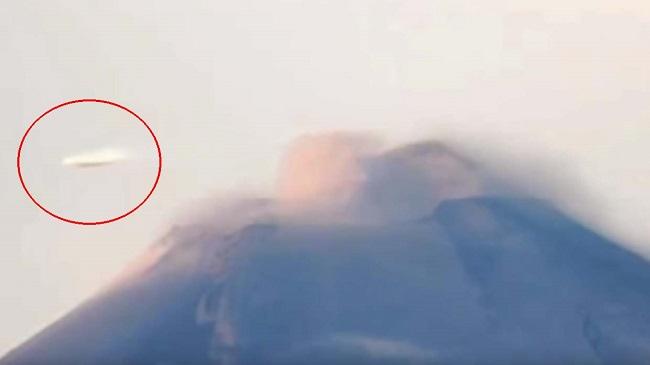 Μια κάμερα καταγράφει ένα δισκοειδές UFO που πετά πάνω από το ηφαίστειο Popocatépetl