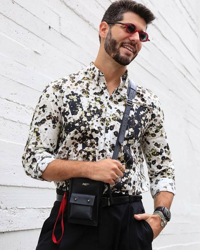 Camisa floral masculina estilizada dentro da calça.