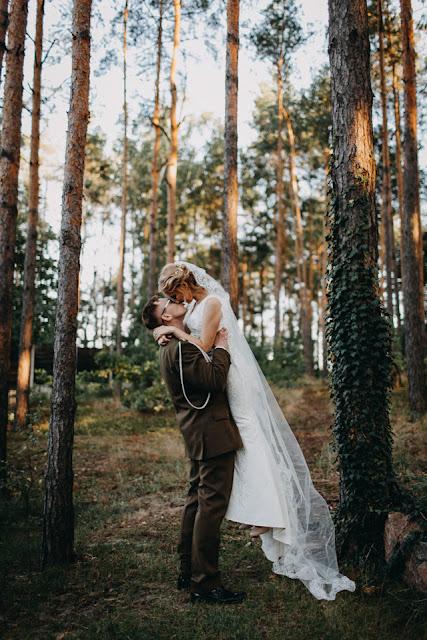 Sesja ślubna, reportaż ślubny, ślub z akcentem wojskowym, ślub w wojskowym stylu, white point shoes Anita Wąsik Fotografia
