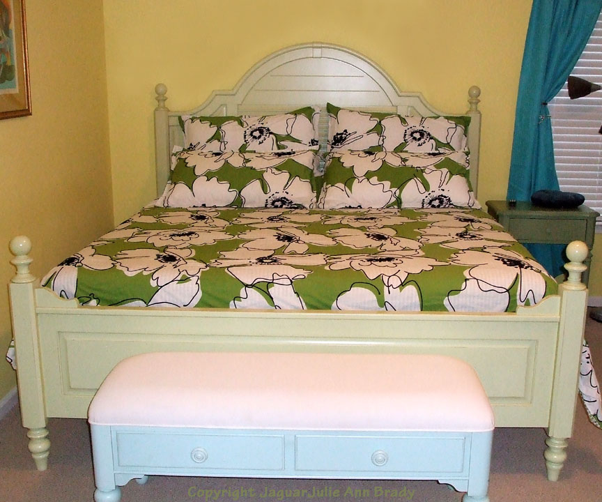 Coastal Living Cottage Collection Summerhouse King Size Bed In Sea Gr And Table By Stanley Furniture